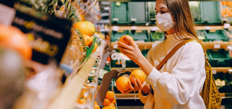 woman-shopping-in-face-mask